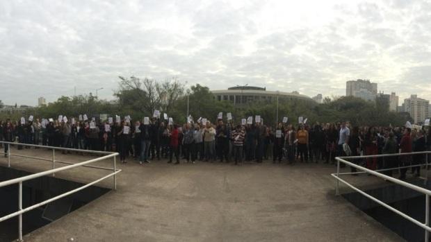 Servidores estaduais protestam contra parcelamento de salários